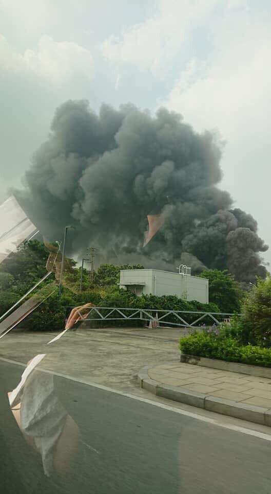 1000m2 của nhà máy sát trung tâm thương mại ở Long Biên bốc cháy ngùn ngụt, khung nhà gẫy gập - Ảnh 3.