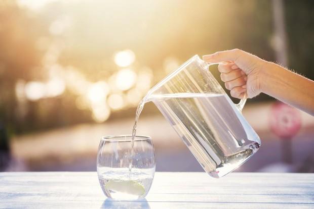 Thay đổi cách thức uống nước để tránh gây tổn hại lượng đường huyết, tim, thận và dạ dày - Ảnh 3.