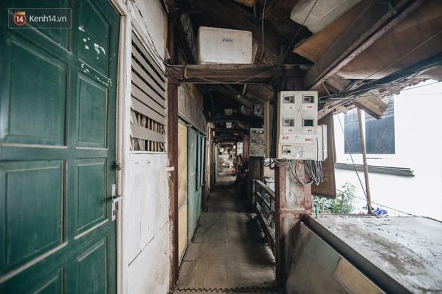 Khu tập thể gỗ xuống cấp nghiêm trọng tồn tại gần 70 năm giữa lòng Hà Nội: Không nhà vệ sinh, là lãnh thổ của bầy chuột sinh sôi - Ảnh 2.