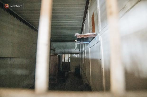 Khu tập thể gỗ xuống cấp nghiêm trọng tồn tại gần 70 năm giữa lòng Hà Nội: Không nhà vệ sinh, là lãnh thổ của bầy chuột sinh sôi - Ảnh 13.