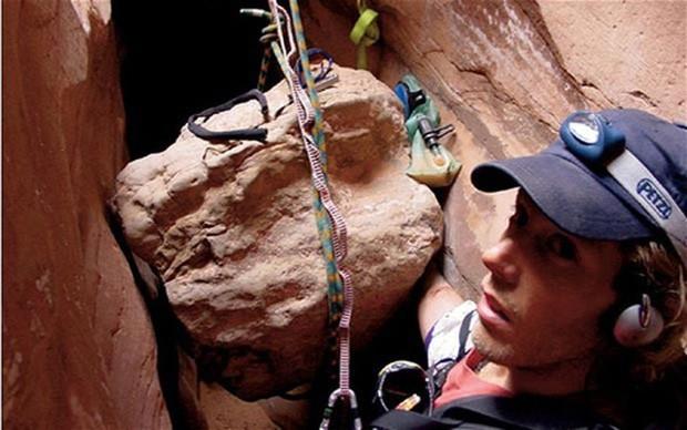 127 giờ sinh tử: Câu chuyện của nhà leo núi trẻ phải uống nước tiểu và cắt lìa cánh tay để tự giải thoát mình khỏi cái chết trong đau đớn và cô độc - Ảnh 5.