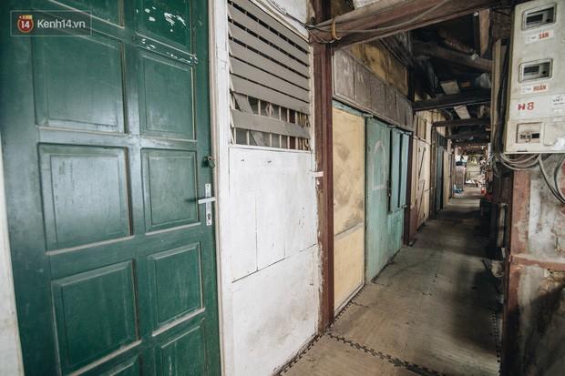 Khu tập thể gỗ xuống cấp nghiêm trọng tồn tại gần 70 năm giữa lòng Hà Nội: Không nhà vệ sinh, là lãnh thổ của bầy chuột sinh sôi - Ảnh 7.