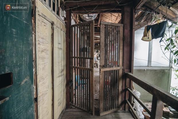 Khu tập thể gỗ xuống cấp nghiêm trọng tồn tại gần 70 năm giữa lòng Hà Nội: Không nhà vệ sinh, là lãnh thổ của bầy chuột sinh sôi - Ảnh 8.