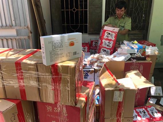 Thu giữ hơn 6.000 bánh, kẹo các loại không có hóa đơn chứng từ, có dấu hiệu nhập lậu từ Trung Quốc - Ảnh 1.