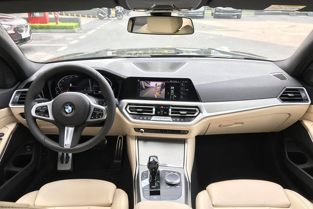 Đối đầu BMW 330i M Sport vs Mercedes-Benz C 300 AMG: Có gì khác khi giá chênh bằng một chiếc VinFast Fadil bản cao cấp? - Ảnh 5.