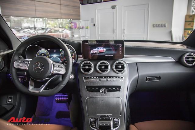 Đối đầu BMW 330i M Sport vs Mercedes-Benz C 300 AMG: Có gì khác khi giá chênh bằng một chiếc VinFast Fadil bản cao cấp? - Ảnh 6.