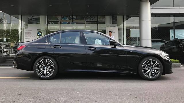 Đối đầu BMW 330i M Sport vs Mercedes-Benz C 300 AMG: Có gì khác khi giá chênh bằng một chiếc VinFast Fadil bản cao cấp? - Ảnh 7.