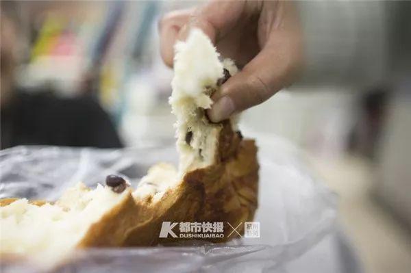 Cậu bé 6 tuổi tử vong sau khi ăn miếng bánh mì, bác sĩ chỉ phương pháp sơ cứu khi trẻ hóc dị vật ai cũng nên biết - Ảnh 1.