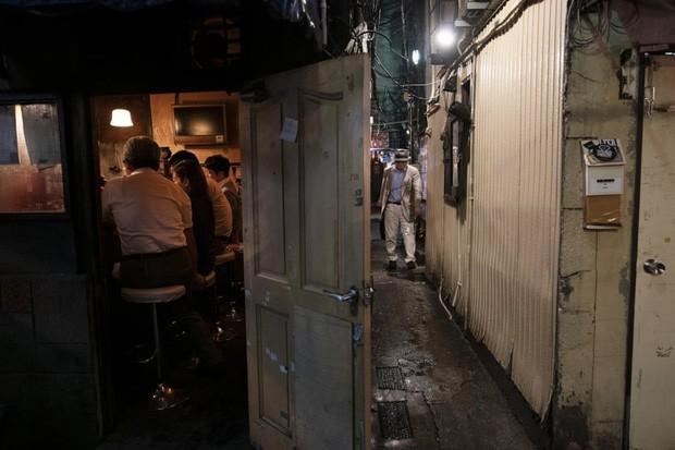 Phố cổ hoàng kim của Tokyo: Nơi 300 nhà hàng cùng nhau trốn thế giới hiện đại, chen chúc trong diện tích bằng nửa sân bóng - Ảnh 6.