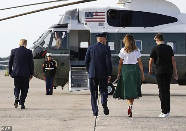 Tổng thống Trump nắm tay vợ đầy tình cảm sau kì nghỉ hè nhưng cậu út Barron lại chiếm spotlight với ngoại hình khác lạ - Ảnh 2.