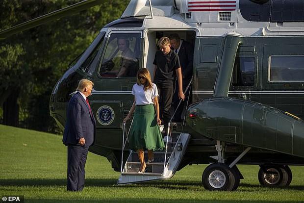 Tổng thống Trump nắm tay vợ đầy tình cảm sau kì nghỉ hè nhưng cậu út Barron lại chiếm spotlight với ngoại hình khác lạ - Ảnh 4.