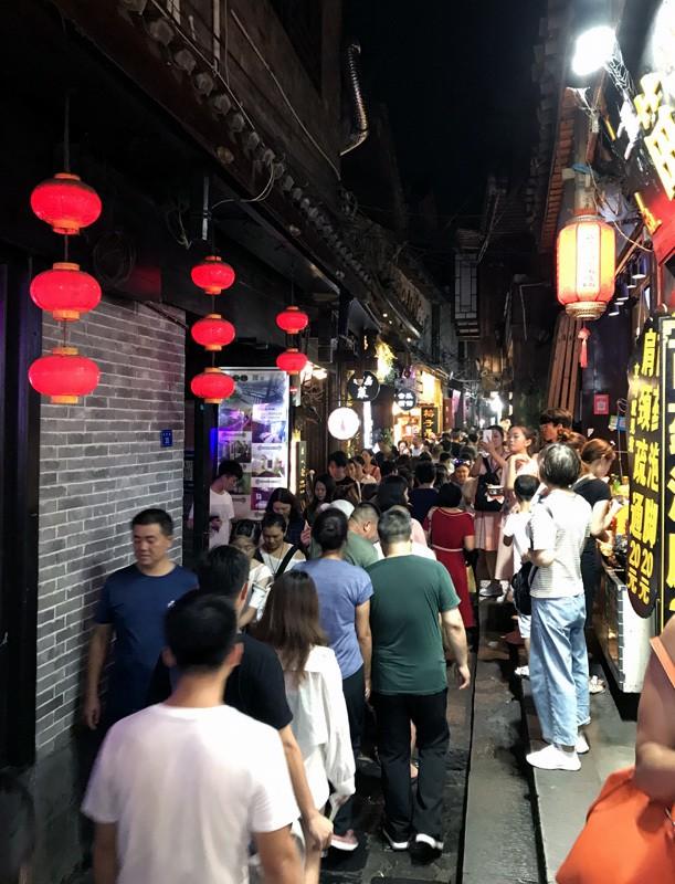 50 ngàn khách Việt, nhẵn túi khi đến Phượng Hoàng cổ trấn - Ảnh 10.