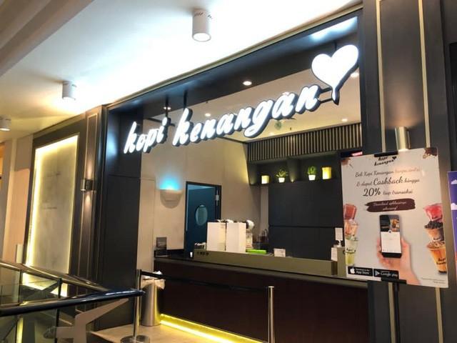 Startup Indonesia đánh vào lỗ hổng cà phê cao cấp đắt gấp 40 lần cà phê hòa tan: Mở cửa hàng dạng ki-ốt không có chỗ ngồi, khách đặt giao hàng qua Grab và Go-Jek - Ảnh 2.