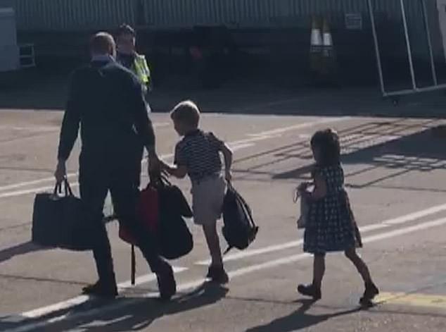 Gia đình Công nương Kate dắt tay nhau đi máy bay giá rẻ: Đòn đánh trả sâu cay lên nhà Meghan Markle khi 4 lần dùng chuyên cơ sang chảnh - Ảnh 1.