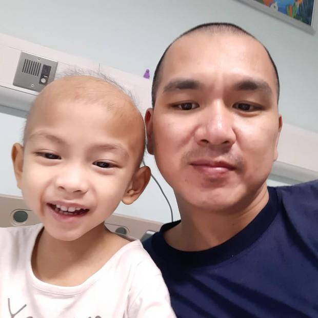 Ông bố cạo đầu để cùng con 3 tuổi chiến đấu ung thư: Bố phải làm sao để con trở lại, chạy theo chơi bóng với bố mỗi ngày... - Ảnh 11.