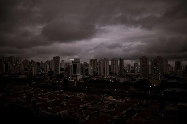 Loạt ảnh gây sốc về rừng Amazon bùng cháy với tốc độ kỷ lục: Khói có thể nhìn thấy từ ngoài không gian, các thành phố bị bao phủ mù mịt như tận thế - Ảnh 7.