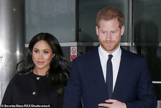 Công nương Kate tái xuất rạng rỡ bên Nữ hoàng Anh cùng gia đình chồng, còn em dâu Meghan Markle lặn mất hút sau một loạt vụ lùm xùm - Ảnh 8.