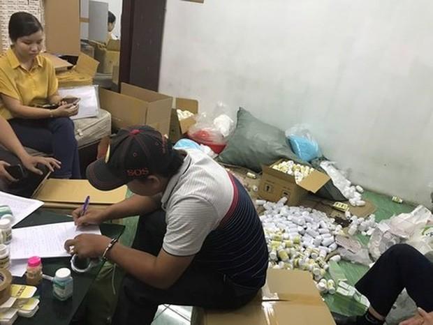 Khởi tố lãnh đạo công ty dược cầm đầu đường dây làm thuốc giả cực lớn ở Sài Gòn - Ảnh 1.