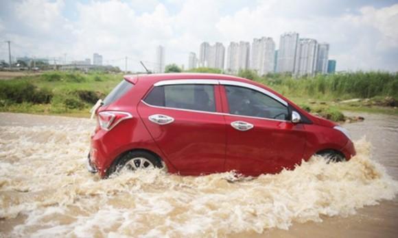 Những nguyên tắc vàng khi lái xe dưới trời mưa bão - Ảnh 3.
