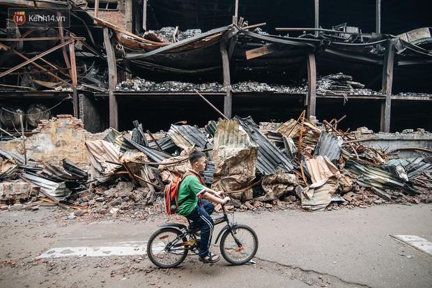 Cuộc sống xung quanh nhà kho Rạng Đông sau vụ cháy: Người lớn cay mắt và khó thở, trẻ nhỏ được sơ tán - Ảnh 1.