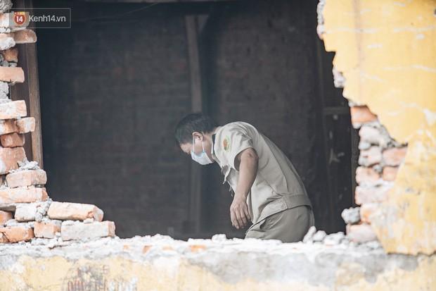 Cuộc sống xung quanh nhà kho Rạng Đông sau vụ cháy: Người lớn cay mắt và khó thở, trẻ nhỏ được sơ tán - Ảnh 16.
