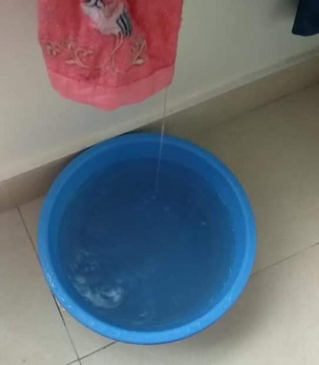 Hà Nội: Ngày mưa bão, đến dân chung cư cũng ngao ngán chống ngập giữa lưng trời  - Ảnh 1.