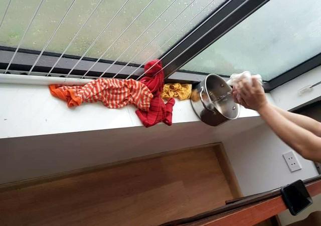 Hà Nội: Ngày mưa bão, đến dân chung cư cũng ngao ngán chống ngập giữa lưng trời - Ảnh 3.
