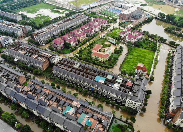 Làng biệt thự triệu đô Hà Nội lại chìm trong biển nước, dân chèo thuyền vào nhà - Ảnh 1.