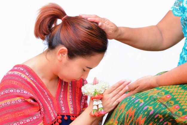 Khi Hoa hậu đội vương miện quỳ lạy cha mẹ: Lòng hiếu thảo của một người con và nét đẹp văn hóa tại đất nước Thái Lan - Ảnh 11.