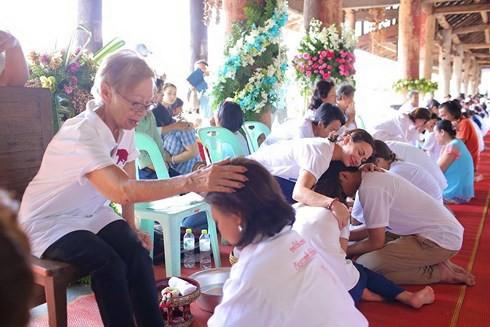 Khi Hoa hậu đội vương miện quỳ lạy cha mẹ: Lòng hiếu thảo của một người con và nét đẹp văn hóa tại đất nước Thái Lan - Ảnh 13.