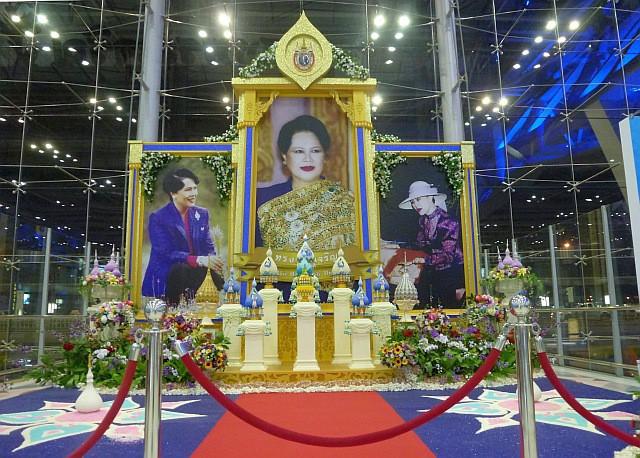 Khi Hoa hậu đội vương miện quỳ lạy cha mẹ: Lòng hiếu thảo của một người con và nét đẹp văn hóa tại đất nước Thái Lan - Ảnh 3.