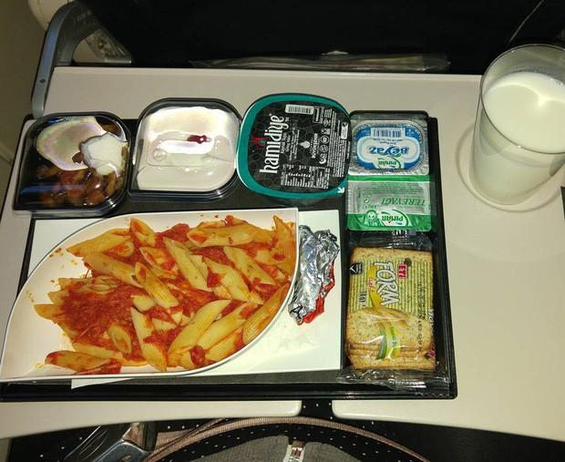 Muốn biết hạng thương gia sang chảnh hơn ghế thường ra sao, cứ nhìn bữa ăn của 19 hãng bay nổi tiếng này sẽ rõ! - Ảnh 37.