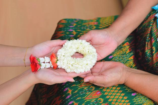 Khi Hoa hậu đội vương miện quỳ lạy cha mẹ: Lòng hiếu thảo của một người con và nét đẹp văn hóa tại đất nước Thái Lan - Ảnh 8.
