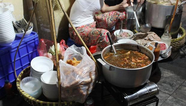 Những hàng ăn ở Hà Nội chỉ mở lúc rạng sáng và nghỉ bán khi mặt trời vừa lên, dù gió rét vẫn tấp nập người qua lại - Ảnh 4.