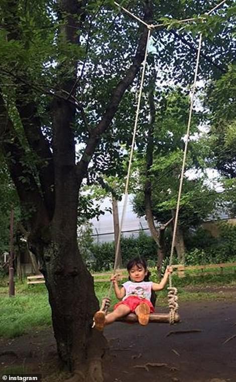 Trẻ em Nhật đang được khuyến khích chơi với dao, búa, đốt lửa và trèo lên mái nhà, các mẹ Việt có dám thử? - Ảnh 4.
