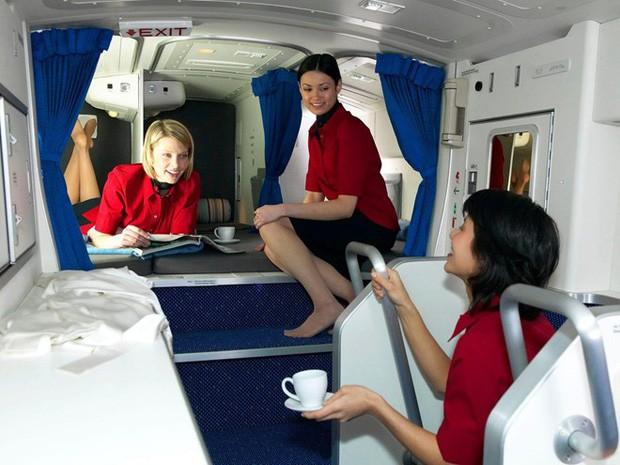 Góc khuất đằng sau những chuyến bay dài của phi công và tiếp viên: Liệu có được ngủ nghỉ, ăn uống như hành khách? - Ảnh 3.