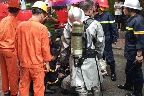 Cháy lớn tại ngôi nhà trên phố Núi Trúc, một người bị mắc kẹt - Ảnh 1.