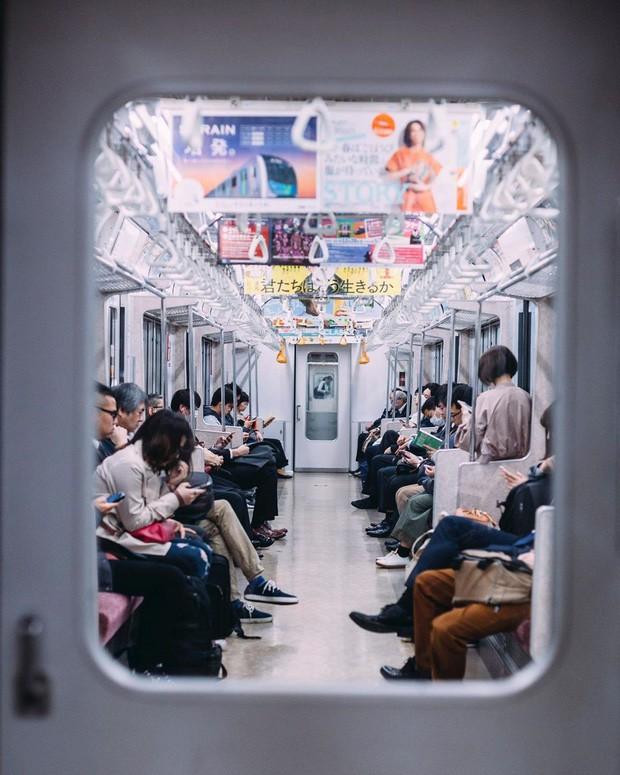 Những điều cấm kị du khách thường mắc phải khi đi tàu điện khiến người Nhật khó chịu, nhiều cái nghe vô lý nhưng lại rất… thuyết phục! - Ảnh 2.