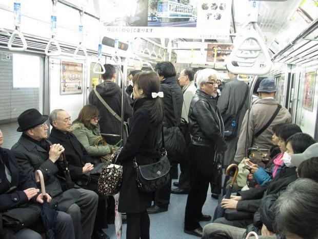 Những điều cấm kị du khách thường mắc phải khi đi tàu điện khiến người Nhật khó chịu, nhiều cái nghe vô lý nhưng lại rất… thuyết phục! - Ảnh 5.