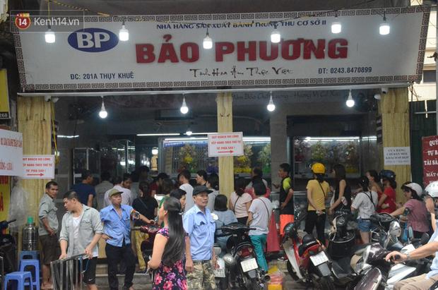 Ảnh, clip: Người dân Hà Nội đội mưa, xếp hàng dài cả tuyến phố để chờ mua bánh Trung thu Bảo Phương - Ảnh 1.