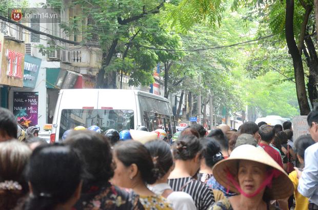 Ảnh, clip: Người dân Hà Nội đội mưa, xếp hàng dài cả tuyến phố để chờ mua bánh Trung thu Bảo Phương - Ảnh 15.