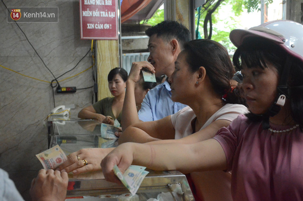 Ảnh, clip: Người dân Hà Nội đội mưa, xếp hàng dài cả tuyến phố để chờ mua bánh Trung thu Bảo Phương - Ảnh 8.