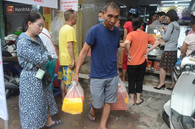 Ảnh, clip: Người dân Hà Nội đội mưa, xếp hàng dài cả tuyến phố để chờ mua bánh Trung thu Bảo Phương - Ảnh 10.