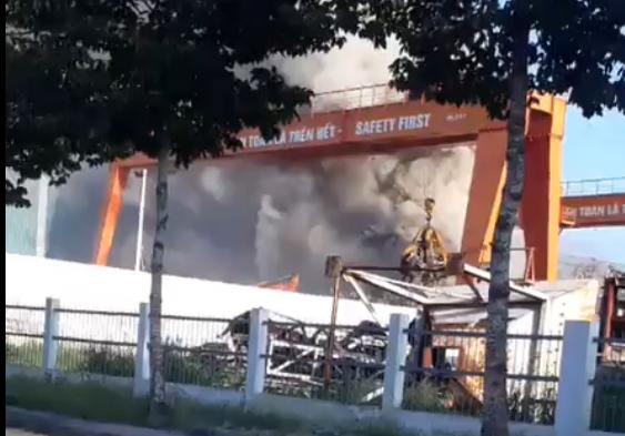 Cháy suốt nhiều giờ trong công ty thép ở Bình Dương - Ảnh 1.