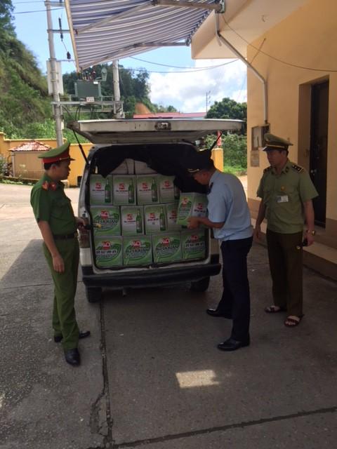 Chặn đứng 400 chai bia hiệu Liquan và 150 kg cá chim đã qua chế biến đóng túi nhập lậu từ Trung Quốc - Ảnh 1.