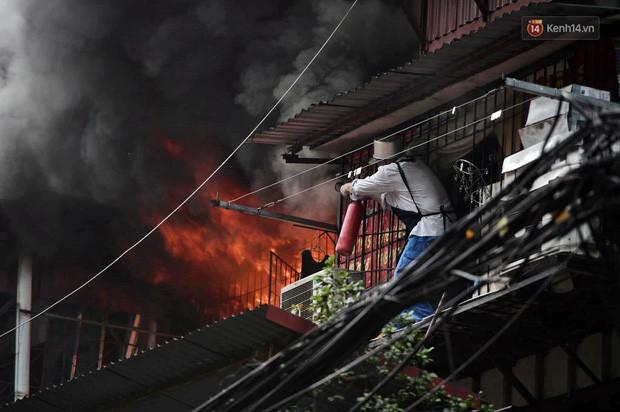 Hà Nội: Cháy lớn tại khu tập thể Kim Liên, người dân khóc nghẹn vì ngọn lửa bao trùm kinh hoàng - Ảnh 1.