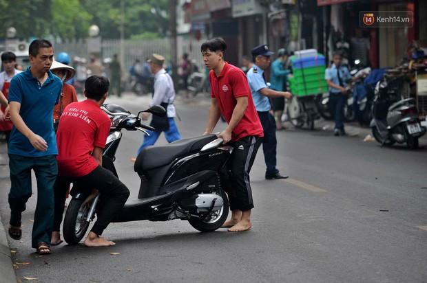 Hà Nội: Cháy lớn tại khu tập thể Kim Liên, người dân khóc nghẹn vì ngọn lửa bao trùm kinh hoàng - Ảnh 4.