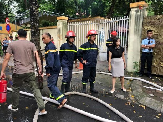 Hà Nội: Cháy lớn tại khu tập thể Kim Liên, người dân khóc nghẹn vì ngọn lửa bao trùm kinh hoàng - Ảnh 9.