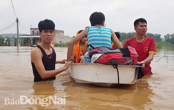 Đồng Nai mưa lớn ngập hàng trăm ngôi nhà, 1 người chết do lũ cuốn - Ảnh 2.