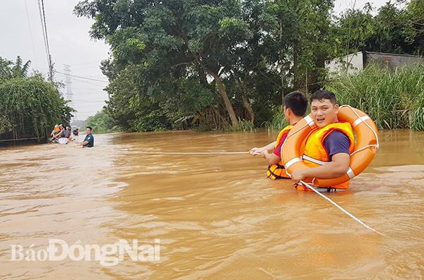 Đồng Nai mưa lớn ngập hàng trăm ngôi nhà, 1 người chết do lũ cuốn - Ảnh 4.